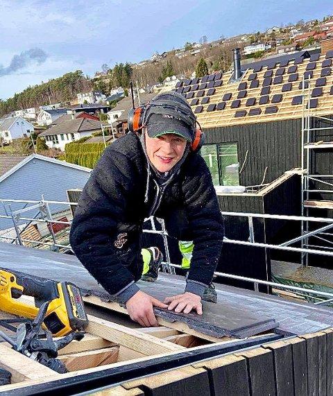 Sigurd Vølstad Hognestad har nylig signert lærekontrakt. Han forteller at det alltid var tømrer han ville bli og er storfornøyd med muligheten han har fått.
