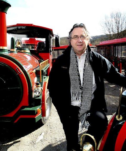 Kjell Sellevold utvidet etter hvert driften med ett tog til. Da kunne han kjøre to avganger hver time.