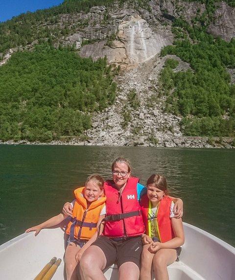 TIL SKULEN: Mamma Eldfrid Førde fekk lånt seg ein båt, så ho fekk frakta døtrene Astrid (8) og Ingeborg (10) til skulen, første dagen etter at raset tok skulevegen.