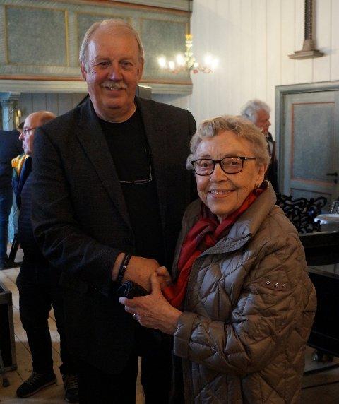 TAKK FRA MANGE: Maren Skari var raskt framme for å gi Hans Petter en god omfavnelse etter konsertgudstjenesten. Det var hos hennes mor, Martha Prestkvern, på Røysum guttepjokken Hans Petter «pella på pianoet» Dermed var musikersåkornet sådd.