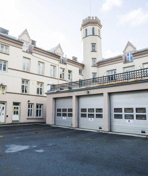 Erstattes: Formannskapet vil erstatte den over 100 år gamle brannstasjonen, men vil ikke binde seg til stedsvalg nå.