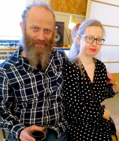 KORTREISTE GJESTER: Lars Nekstad og Hilde Charlotte Blomberg er nærmeste naboer og bor rett over veien for den gamle skolen.