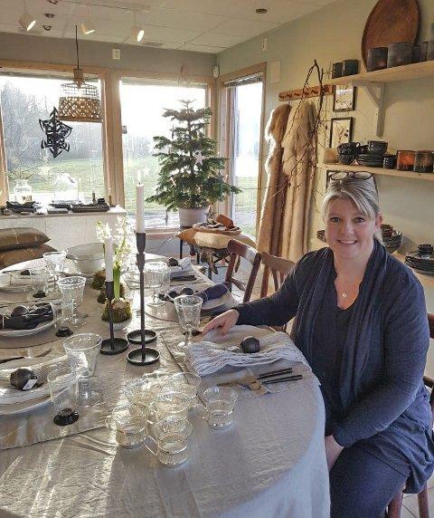 I JULESTEMNING: Så langt har Åpent Havs første jul gått veldig bra. Og i butikken er det julestemning.