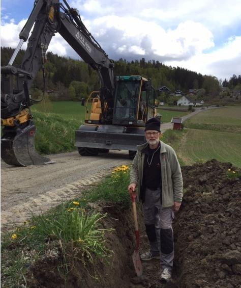Prosjektleder Vidar Haugen er i full gang med gravearbeidene. Det legges ned en stor dugnadsinnsats for å redusere kostnadene.