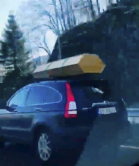 Denne stasjonvognen vakte oppsikt på motorveien i Åsane i helgen. På taket ligger noe som ligner mistenkelig på en kiste. Men hva tror du dette egentlig er?