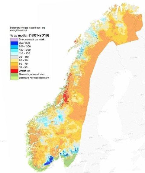 På kartet fra NVE kan du se hvor mange prosent under og over normalen snømengden ligger på rundt om i landet. Mørk blå er over 300 av median, rødt er under 10 prosent av median. (NVE)