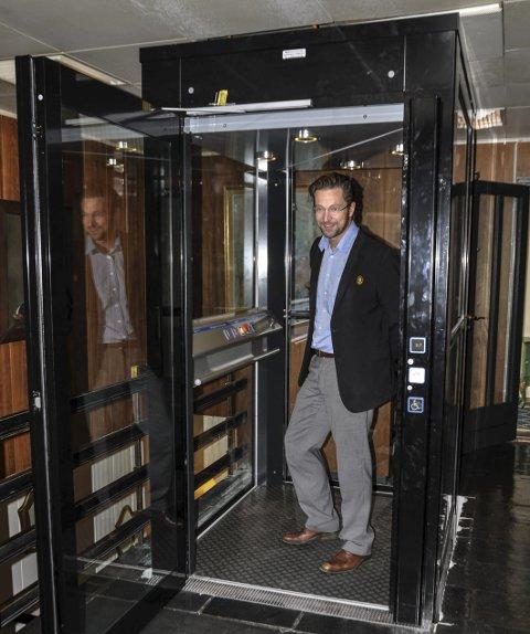 STOLT: Administrerende direktør, Lars Inge Næss, ved Sanner Hotell viser fram den nye heisen.