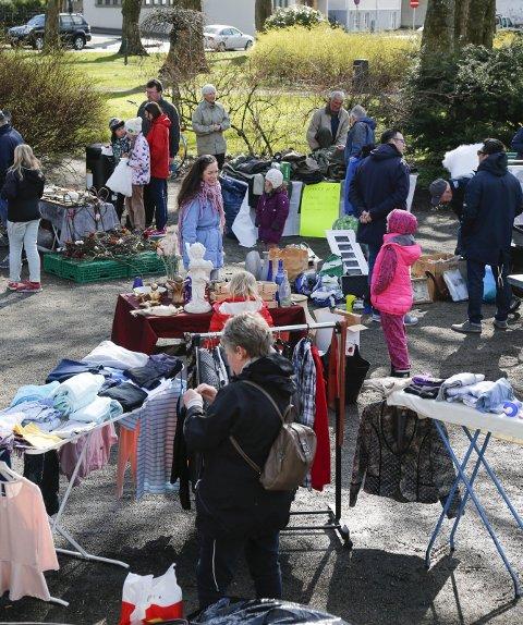 GODT BESØK: I løpet av lørdagen var rundt tusen innom Byparken for å handle og se.
