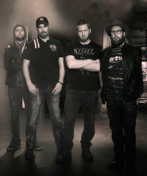 SPILLER: Bandet PanQuake spiller på hotellet på Skei lørdag 9. februar: Torbjørn Kvande, Rolf Paulsen, Thomas Gravvold og Preben Gøssu Joramo.