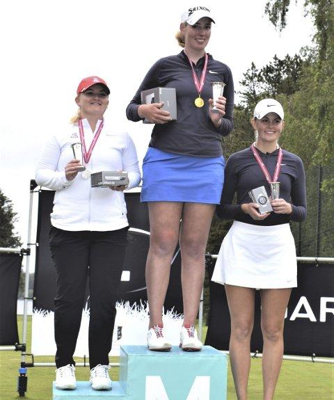 Sølv: Franziska Sliper (Sola GK) gikk av med seieren i NM Match. Sølvet gikk til Sandra Nordaas (t.v.) fra Drøbak GK), og bronsen gikk til Caroline Berge (Sola GK). Foto: Thomas Frigård/Norsk Golf