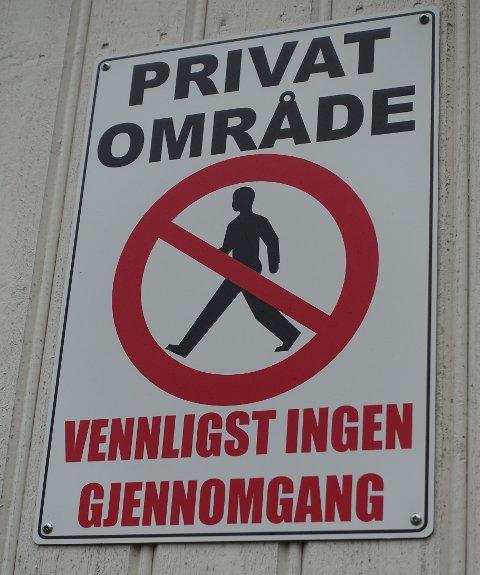 Gunn Hedberg og Papperhavn Velforening er kritisk til skilt som dette. – Forbudsskilt og fysiske stengsler brer seg på Hvaler, skriver hun.