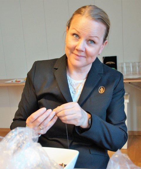 VERTSKAP: Nå kan Kari Veierød Næss lage så mange armbånd hun vil. Hun ønsker alle velkommen til dugnad mot kreft på Sanner Hotell førstkommende søndag kl.11.