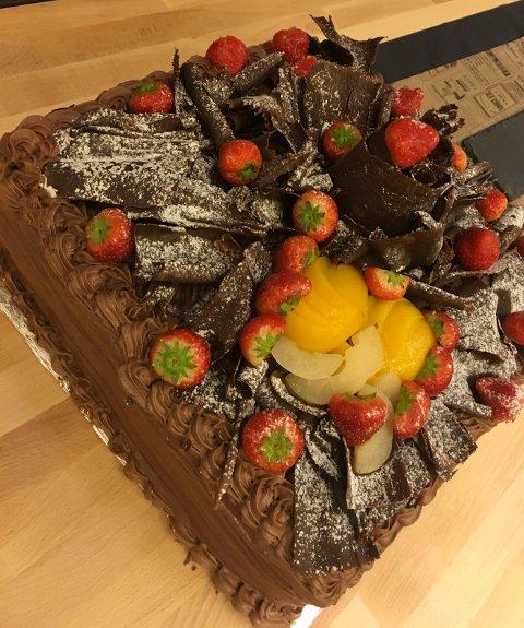 KUNSTVERK: Dette kunstverket av ei kake hadde Mohamed Arnous med seg.
