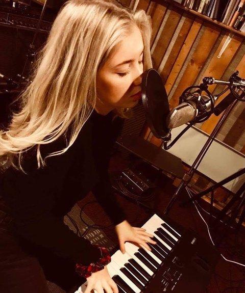 STEMNING: Mina Nystad skal med piano og sang gi forbipaserende en god dose stemningsfull musikk.