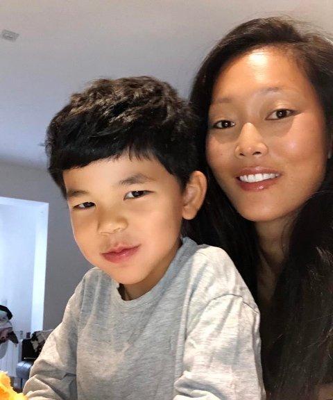 GÅR GREIT: Carina Egebakken og sønnen Leonardo holder seg i leiligheten i Barcelona. - Vi må følge pålegge fra myndighetene og tenke postivt, sier Carina.