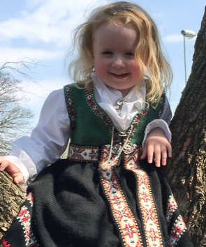 PRINSESSA: Tilla Notø, 3 1/2 år, var veldig stolt då ho fekk sin strikka bunad av tante Christine i 2016: – Endeleg får eg òg vere prinsesse!