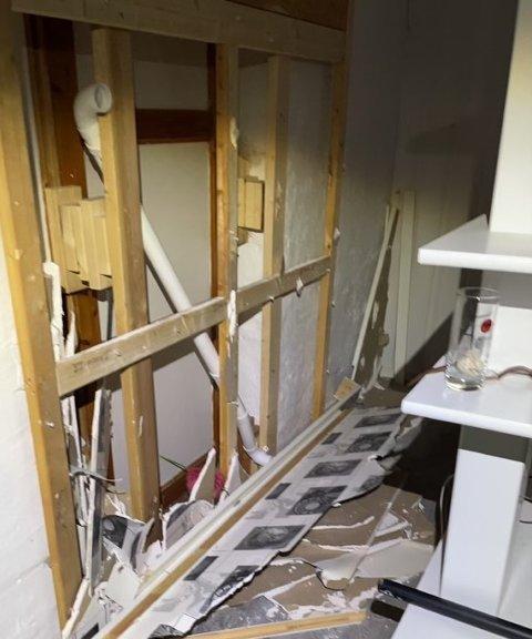 En vegg måtte rives for å avdekke skjulte og brannfarlige tilkoblingspunkter i en utleieleilighen.