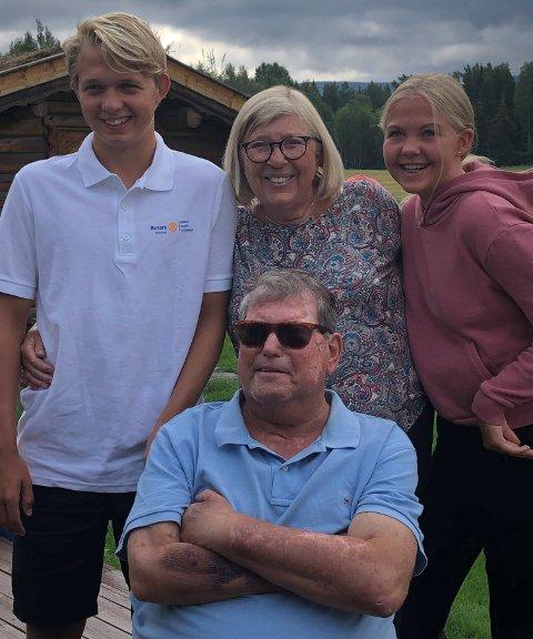 FAMILIEKJÆR: Øivind Jørgensen sammen med noen av dem han var aller mest glad i: Kona Lillan og barnebarna Henrik og Vilde.