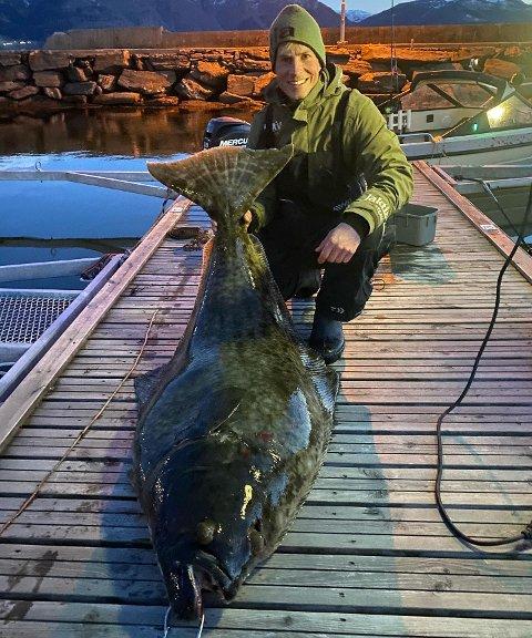 STORFANGST: Joar Søhoel (37) fekk denne kveita på 55 kilo på kroken. – Sognefjorden leverer, seier Søhoel, som måtte bruka det han har av krefter på å få fisken om bord i båten.