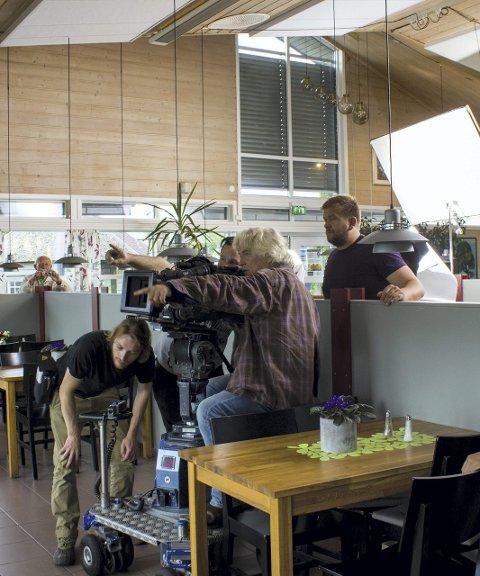 KAMERA GÅR: Tregenza bak kameraet filmer Mikkel Gaup.