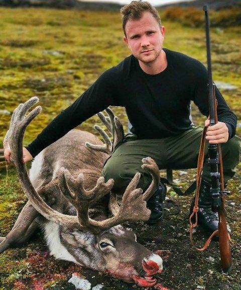 Oddmund Viskjer Eide med sin første bukk. Foto: privat