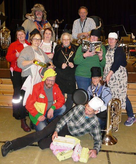 GLAD GJENG: Deler av den glade gjengen i Folldal Janitsjarkorps som inviterer til Kabaret i Folldal.