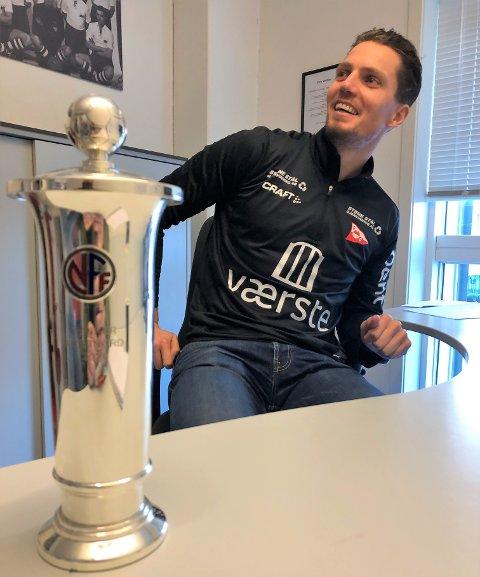 Joacim Heier  på kontoret sitt dagen etter at opprykket til OBOS-ligaen ble sikret. Nå er sesongkort-salget for 2021 i gang.