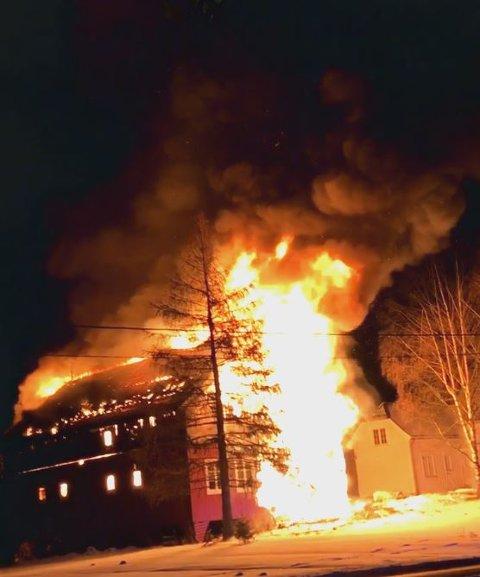 Bildet er tatt av en Lp-tipser, og da var bygningen allerede overtent.