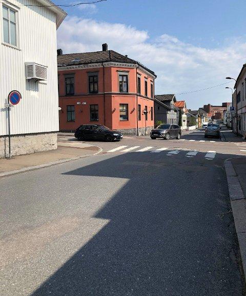 PARKERING: Det er parkeringen i blant annet Sverres Gate som provoserer. En måned etter innsendt henvendelse er ingenting gjort, og trolig vil det forbli slik.