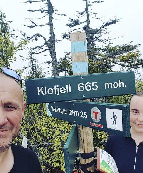 Arild Haugli og Lerke Haugland har besteget Klofjell for å finne «Ti på topp»-koden.
