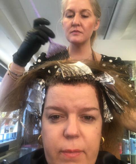 Ifølge Else Kåss Furuseth krever lørdagsunderholdning på tv litt oppussing. Her med sin frisør  Christina. Foto: Privat