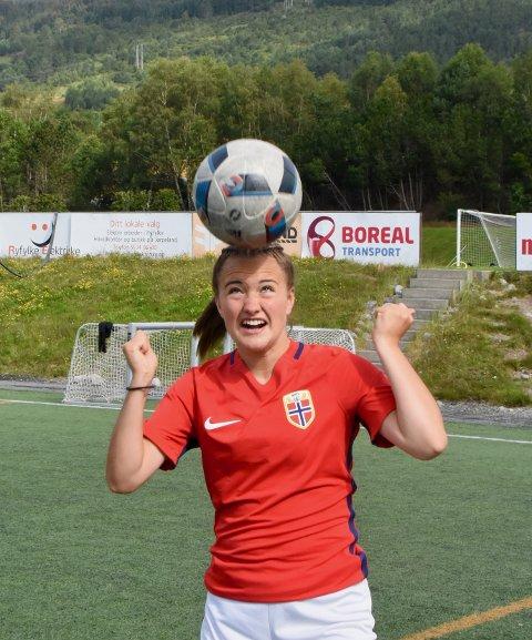 LANDSLAGSSPILLER: Selma Løvås (15) har i flere år spilt fotball på kretslaget. Men nå er den tiden forbi. Nå er det landslaget som gjelder. Til nå har hun spilt 15 aldersbestemte landskamper for Norge.