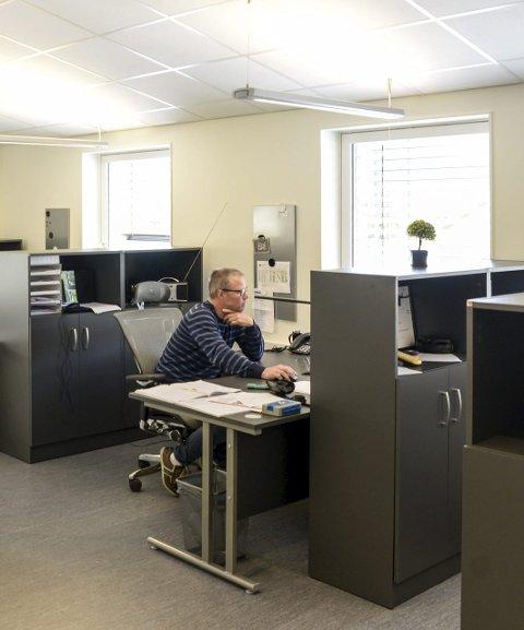 TIDSMESSIGE: Kai Halvor Juva er stolt av teknologiparkens lyse og tidsmessige lokaler.