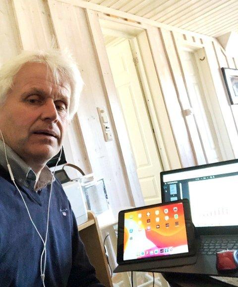 PÅ LANDSMØTET HJEMMEFRA: Digitale møter prioriteres fortsatt våren 2021. Her er Dag Jøran Myrvang installert i sin bolig som deltager på landsmøtet til Arbeiderpartiet.