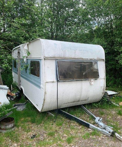 BORTE: Noen satte fra seg denne campingvogna på kommunalt område og stakk av. Kommunen har nå fjernet den og sørget for at den ikke lenger eksisterer. Det skjedde for noen dager siden. Merk skrot og søppel ved vogna som har kommet til etter hvert.