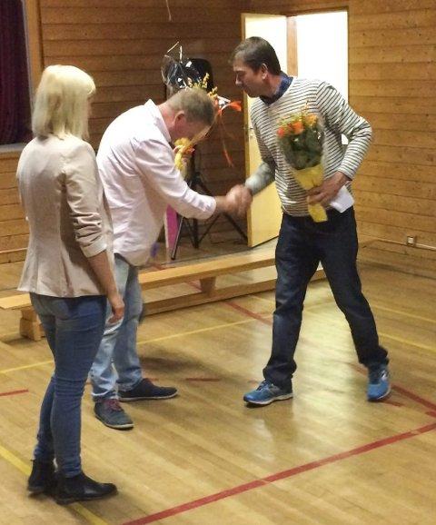 FIKK BLOMSTER: Leder i velforeningen, Arvid Sollie (t.h), delte ut blomster til RUV-leder Camilla Trondsen (t.v) og Per Eivind Hope.