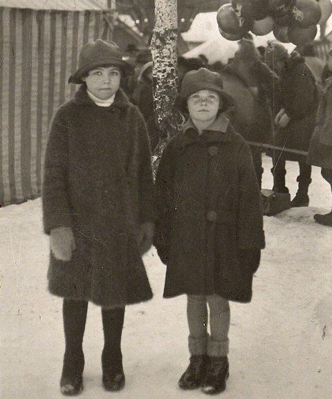 MARKEN: Elsa og Gunvor Skaar, gift henholdsvis Jakobsen og Borgersen, på marken rundt 1925. At det ikke ble noe marken i 1927 var en stor skuffelse også for barna. Foto: ukjent/VSBs fotoarkiv