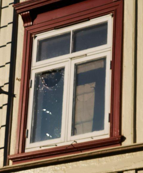 Slik så vinduet ut dagen etter festen.