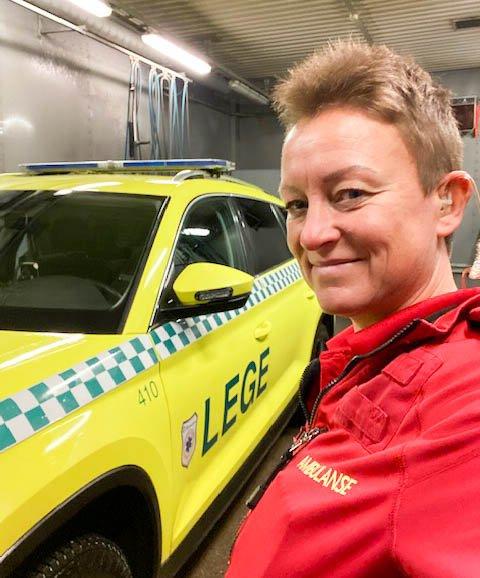 SPENNENDE: Paramedic Nina Brekke (43) fra Langhus har hatt et begivenhetsrikt år som første kvinne på legebilen i Oslo og Akershus. Det er en ombygd Skoda Kodiaq som er en luftambulanse på hjul.