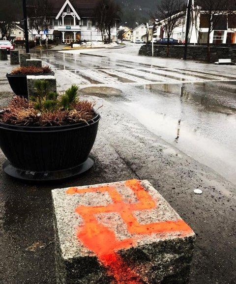 Hakekors: Måndag morgon vart dette haekorset oppdaga på ein av stabbesteinane utanfor rådhuset på Fagernes. Politiet etterforskar saka.