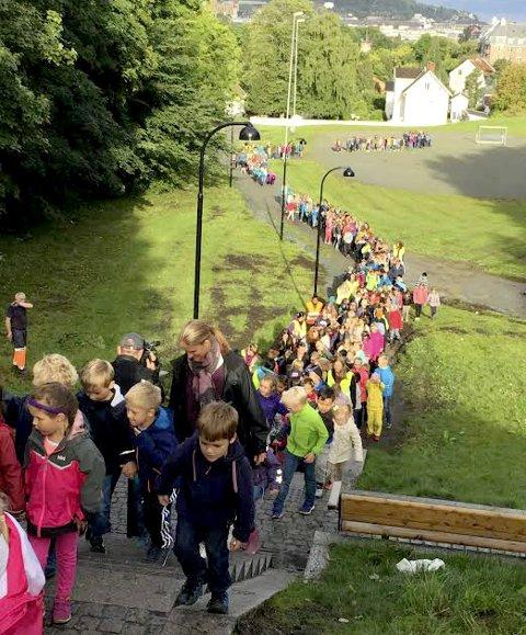 «Lang, lang rekke: Hele Singsaker skole markerte Beintøft ved å gå i samlet flokk til skolen. Foto: Miljøagentene