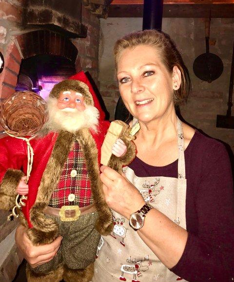 JULESTEMNING: Gårdsfrua Margrethe Henden Aaraas lover fin julestemning på gården i Søndre første søndag i advent.