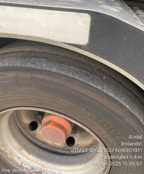 To av dekkene på det tunge kjøretøyet var slitt helt ned til corden. Det resulterte i kjøreforbud.