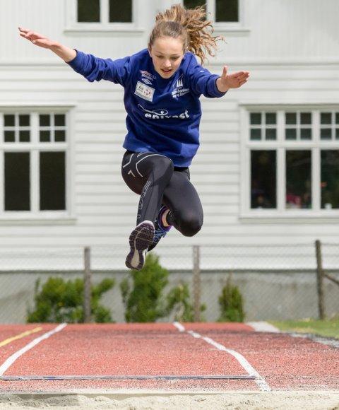 Emma Bråstad hoppar lengde.
