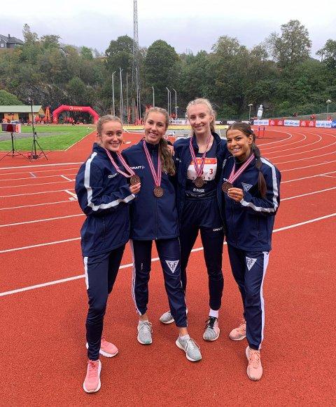 Medalje: FIF-jentene jubler etter bronse på stafetten.