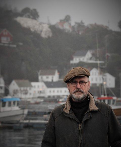 Ånon Egelands siste utgivelse er kalt «Farvel, farvel». En svensk musikkanmelder hevder den plata får Nick Cave til å høres ut som en «muntergök». Etter å ha tilbrakt sommer etter sommer på Lekerøya er Ånon nå blitt Risør-mann.