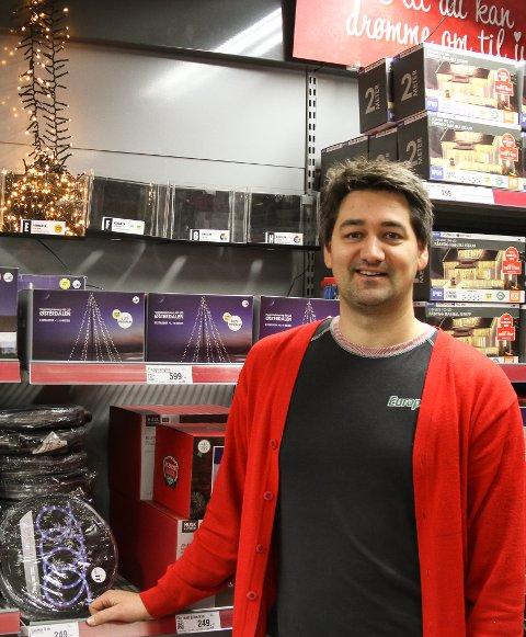 NY VEKST: Rekordoverskot i 2019, blei toppa av eit nytt rekordår i 2020. Europris og butikksjef Thomas Mikkelsen har grunn til å smile.