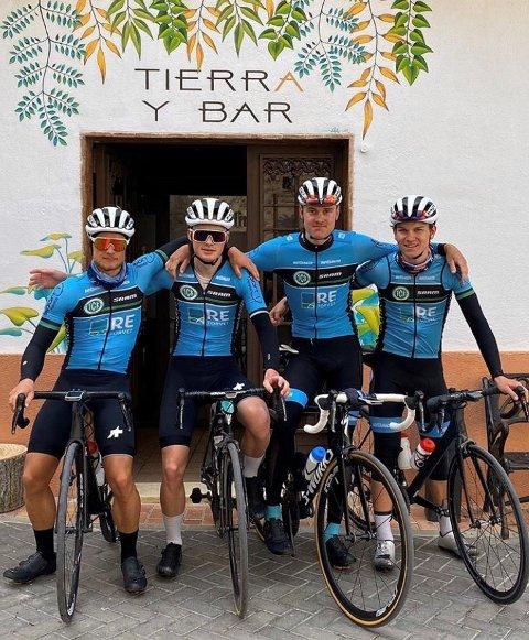 TRENINGSLEIR: Tønsberg Cykkelklubb er på treningsleir i Spania før Tour of Rhodes i mars. Fra venstre Mikkel Eide, Vebjørn Rønning, Jon-Anders Bekken og Anton Stensby, iført fjorårets drakter med tidligere sponsorer.
