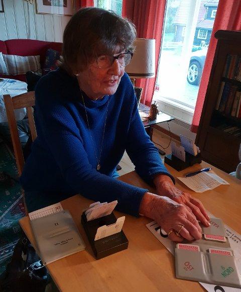 FORTSATTAKTIV:Ellen Løvlie(93) ved bridgebordet.