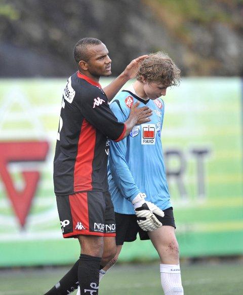 Branns Rudolph Austin trøster daværende Fana-keeper Mathias Dyngeland etter cupkampen i 2011. (Arkivfoto: Arne Ristesund)